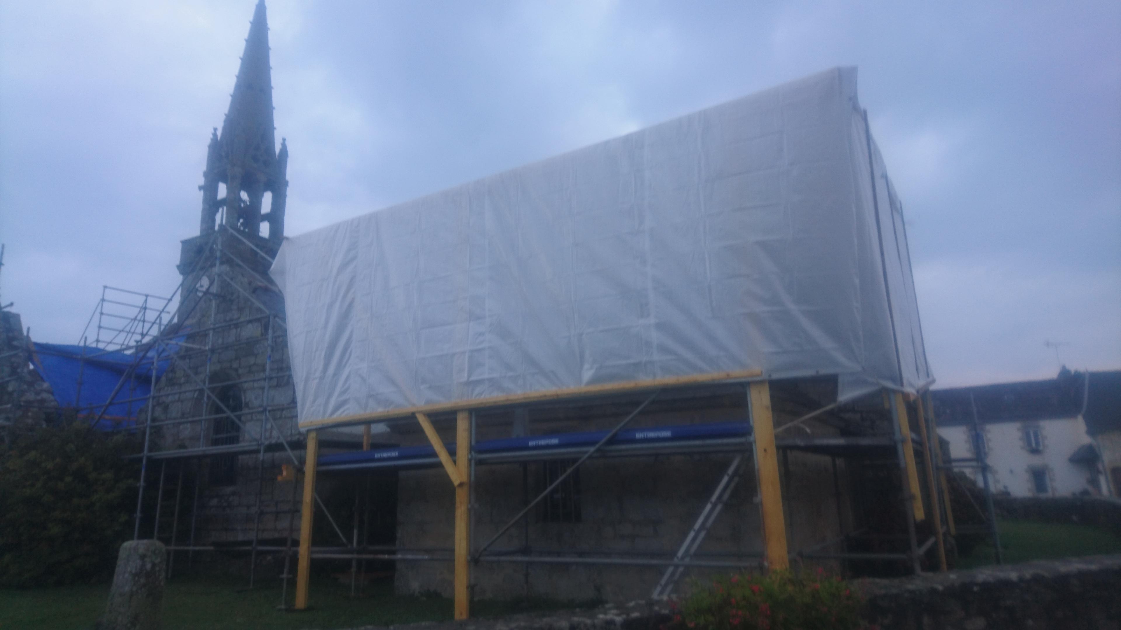 """Un """"parapluie"""" est installé au dessus de la sacristie sud"""